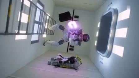 外太空惊现鲨鱼群,一男子手持激光电锯,血战鲨鱼群!