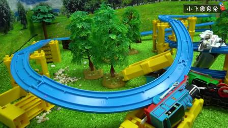 托马斯和他的朋友们穿越森林轨道,不小心开出了轨道