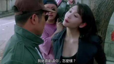 美女太嚣张当街耍无赖,不料男子直接抱着她倒立过来找到了录像带