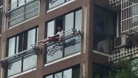 女童被绑高楼外晾衣杆上大声哭喊遭呵斥 警方:亲爹教育女儿