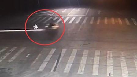 女子赌气蹲路中间 被闯红灯电动车撞翻