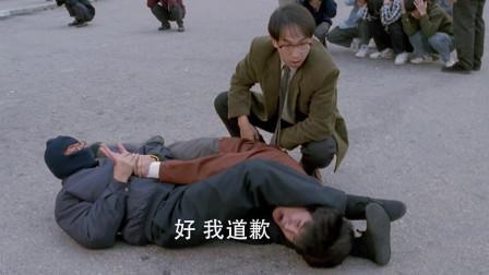 小伙惹怒大哥,局势紧张,还好有蒙面大侠使出夺命剪刀脚!