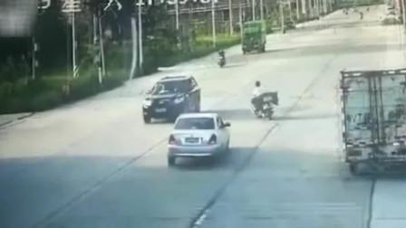 摩托突然刹车转向 遭后方轿车撞飞 一旁两车跟着倒霉被撞