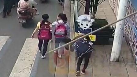 江苏一10岁男孩上学途中被钢管击中头部 瞬间倒地血流不止
