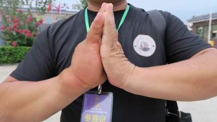 重庆一男子拥有铁砂掌,能赤手抓烙铁油锅洗手,他是怎么练的?