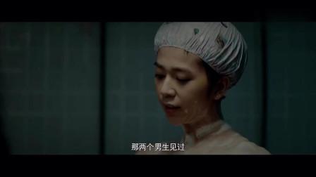 姑娘正在洗澡,一女人突然出现在身后,吓得姑娘大叫!