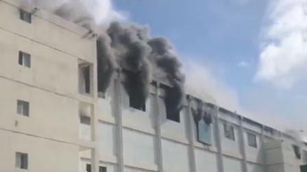 深圳比亚迪一厂房突发起火 浓烟滚滚弥漫天空
