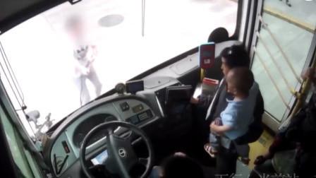 行车起纠纷后公交司机吐痰 云南骑车孕妇徒手掰掉车牌和雨刮