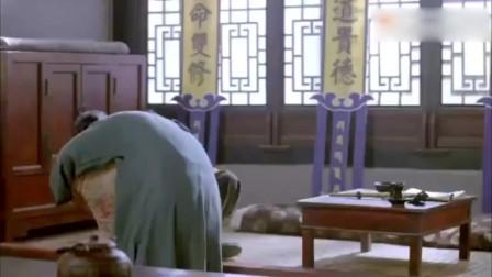 师傅正给女子治病,不料徒弟突然闯进来,师傅拿着鞋底子就是打
