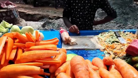 印度路边的水果拼盘,黄瓜和胡萝卜去皮用料拌,这吃法口味真的重