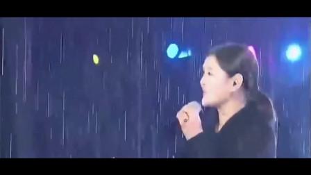 刀郎都不敢相信,降央卓玛在大雨倾盆的情况下,仍唱完他的代表作