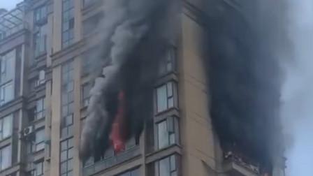 福建一大楼高层发生火灾 现场浓烟滚滚