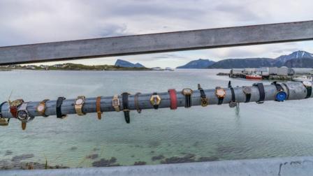 """挪威这座岛或成全球首个""""无时间限制区域"""" 手表挂桥上迎接游客"""