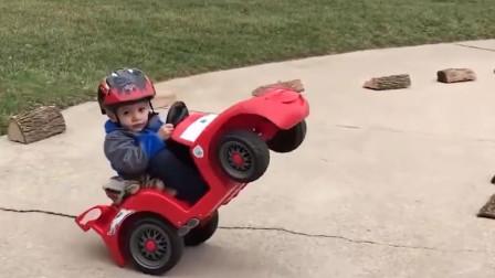 宝宝开小汽车技术高,前轮朝天一样来回转圈