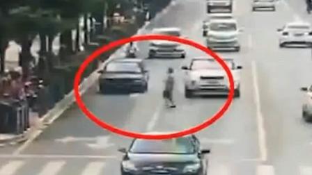行人随意穿马路引事故 交警判其负主要责任 每日新闻报 20190620 高清版