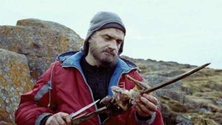 一群犯人被送往孤岛绝地求生,游戏规则是谁抢到钥匙就能拿到武器!