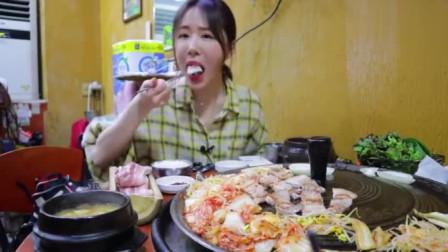 美食吃播,韩国妹子吃着烤肉喝着烧酒,生活不要太好了