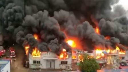 安徽六安一小商品批发市场发生大火 现场火势猛烈