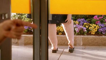 小伙被人催眠,居然爱上了体重300斤的胖女孩,还认为她身材完美!