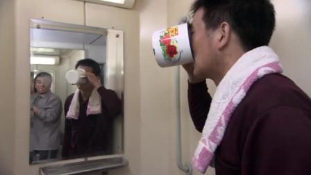 小伙嫌弃火车矿泉水贵,跑去接自来水喝,喝饱了才知有开水,太逗