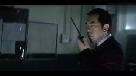韩琛怀疑阿仁的石膏里有窃听器,二话不说打碎石膏,却什么都没有