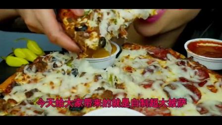 小姐姐自制香肠披萨,拉丝美味颜值超棒,大口大口吃得太馋人
