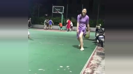 篮球场偶遇穿裙子的美女,竟是篮球高手,这技术太牛!