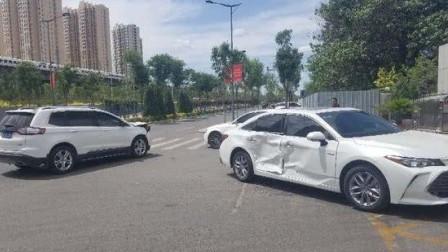 丰田亚洲龙撞上福特锐界,看看这差距,车友:都不相信自己的眼!