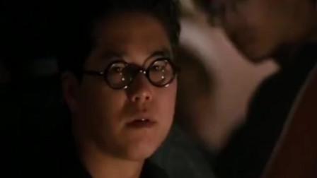 东星何勇非常嚣张,洪兴的古惑仔镇不住他,这时陈浩南出场了