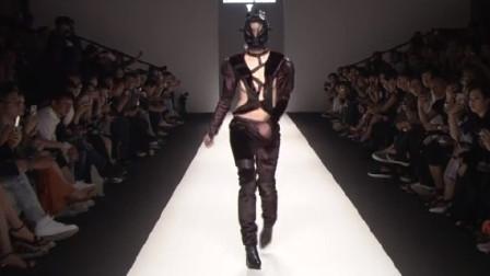 设计师出来挨打,衣服设计成这样,谁敢传出去