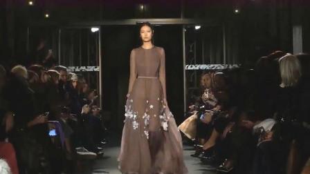 模特走秀:这裙子,不是一般人能驾驭的,长见识了