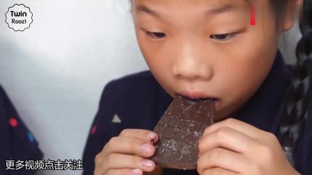 小女孩吃巧克力钱包桑葚海苔,儿童家庭美食,亲子游戏互动