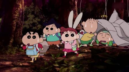 蜡笔小新:小新和同学一起住在野外,大家一起分饼干吃,好开心