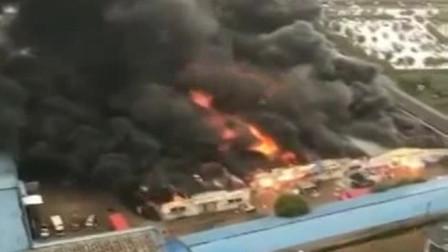 六安:突发大火! 六安一仓库被烧毁