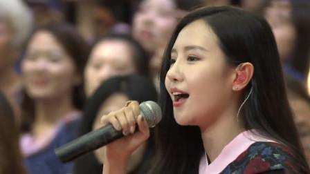 毕业典礼开成演唱会,学姐用一首《光明》感动全场,堪比原唱!
