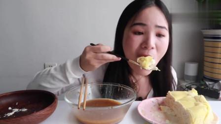 吃播小姐姐吃千层榴莲蛋糕,对于榴莲爱好者来说太诱惑了
