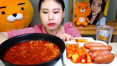 韩国大胃王卡妹,吃芝士火鸡面、香肠,配萝卜泡菜,吃的太香了