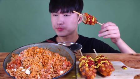 韩国吃货小哥,吃火鸡面加上蛋黄酱辣金枪鱼,配热狗,吃的真香