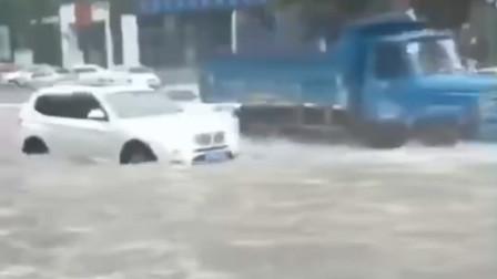 四川宜宾突遭暴雨袭击  城区秒变成河车在水中游