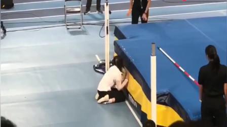 学校女老师参加跳高比赛,跑到杆子前却趴了下去,网友直呼可爱!