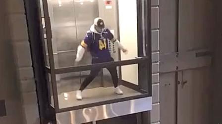 小哥坐电梯跳舞两不耽误,太秀了,网友:好想住到他对面去