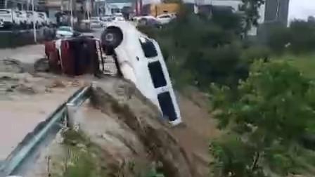 重庆突下暴雨引发洪灾,行人和汽车被大水冲走,公路变成大海