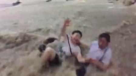惊险!重庆暴雨2人被洪水冲走 众人一把拉住