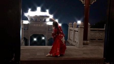红衣汉服的姑娘,趁着夜色悄然起舞