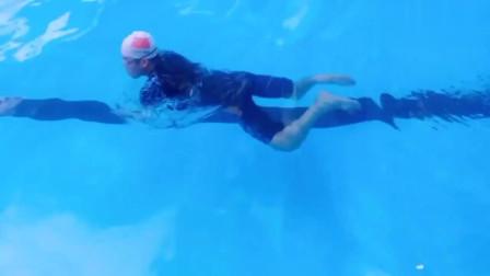 教练演示蛙泳的慢动作,姿势是相当的标准,我一看就会了!