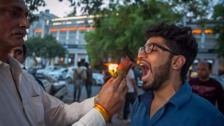印度开挂的小吃,连火一起塞进顾客嘴里,手速不够快不敢吃!