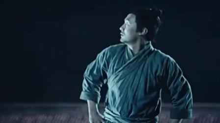 剑雨:彩戏师连绳使出神仙锁,瞬间消失在空中,只留下草人和绳子
