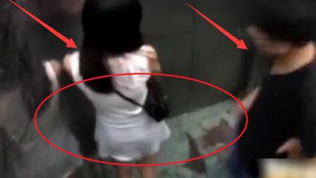 男1女走进电梯,看到四周无人后,监控拍下丢人画面!