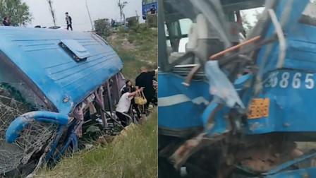 吉林长岭一客车上下客被货车追尾 瞬间被撞飞乘客从窗户逃生