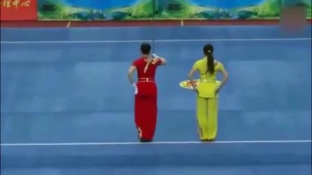 中国武术大会表演,两位女武术家表演长矛对练,场面刺激吓人